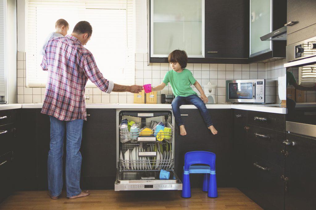آموزش ماشین ظرفشویی به کودکان