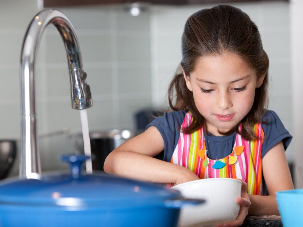 آموزش ظرفشویی به کودکان