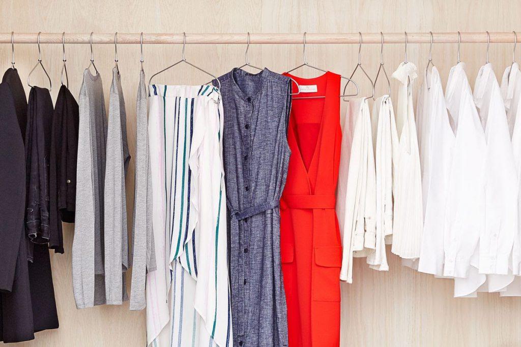 چوب رختی برای مرتب کردن لباس های شسته شده